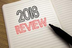 De tekst die van de handschriftaankondiging het Overzicht van 2018 tonen Bedrijfsconcept voor Terugkoppeling over Vooruitgang die royalty-vrije stock foto