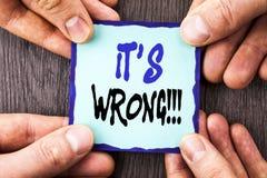 De tekst die van de handschriftaankondiging het is Verkeerd tonen Conceptueel foto Correct Juist Besluit om Raad te maken of te v Stock Afbeelding