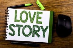 De tekst die van de handschriftaankondiging Love Story tonen Bedrijfsdieconcept voor het Houden van van iemand Hart op de notadoc Royalty-vrije Stock Afbeeldingen