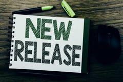 De tekst die van de handschriftaankondiging Nieuwe Versie tonen Bedrijfsdieconcept voor de Update van de Technologiesoftware op d Stock Afbeelding