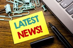 De tekst die van de handschriftaankondiging Recentste Nieuws tonen Bedrijfsconcept voor Vers Huidig Nieuw die Verhaal op kleverig royalty-vrije stock foto's