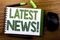 De tekst die van de handschriftaankondiging Recentste Nieuws tonen Bedrijfsconcept voor Vers Huidig Nieuw die Verhaal op de nota  Stock Foto's