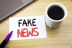 De tekst die van de handschriftaankondiging Vals Nieuws tonen Bedrijfsdieconcept voor Hoax Journalistiek op notitieboekjeboek wor royalty-vrije stock afbeelding