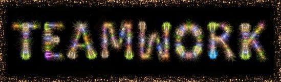 De tekst kleurrijk vuurwerk van het groepswerkwoord met kader - conc zaken stock afbeelding