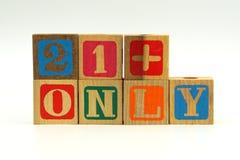 De tekst 21+ slechts op houten stuk speelgoed blokken Stock Afbeelding