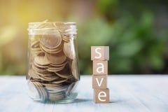 De tekst sparen dobbelt met muntstukken en exemplaarruimte voor tussenvoegseltekst op n stock fotografie