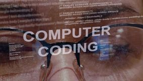 De tekst van de computercodage op achtergrond van vrouwelijke ontwikkelaar stock videobeelden