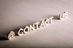 De tekst van de CONTACTv.s. van witte brieven wordt gemaakt die stock foto