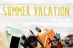 De tekst van de de zomervakantie, tijd om concept, zwerflustvacatio te reizen stock fotografie