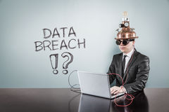 De tekst van de gegevensbreuk met uitstekende zakenman die laptop met behulp van royalty-vrije stock afbeeldingen