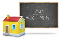 De tekst van de leningsovereenkomst op bord met 3d huis Royalty-vrije Stock Afbeeldingen