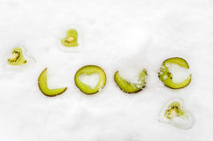 De tekst van de liefde die van plakken van kiwifruit wordt gevormd Royalty-vrije Stock Afbeelding