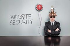De tekst van de websiteveiligheid met uitstekende zakenman stock foto