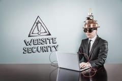 De tekst van de websiteveiligheid met uitstekende zakenman die laptop met behulp van stock foto's