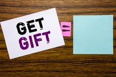 De tekst van de handschriftaankondiging het tonen krijgt Gift Bedrijfsconcept voor Vrije die Shoping-Coupon op kleverig notadocum royalty-vrije stock foto's
