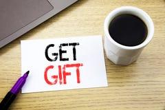De tekst van de handschriftaankondiging het tonen krijgt Gift Bedrijfsconcept voor Vrije die Shoping-Coupon op notitieboekjeboek  royalty-vrije stock foto's