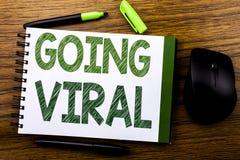 De tekst van de handschriftaankondiging tonen die Viraal gaan Bedrijfsconcept voor Sociale Virale die Zaken op de notadocument va Stock Foto's