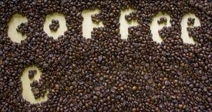 De tekst van het koffiepauzeconcept De bonenachtergrond van de koffie stock footage