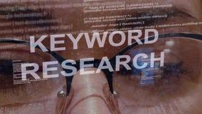 De tekst van het sleutelwoordonderzoek op achtergrond van vrouwelijke ontwikkelaar stock footage