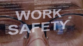 De tekst van de het werkveiligheid op achtergrond van vrouwelijke ontwikkelaar stock video