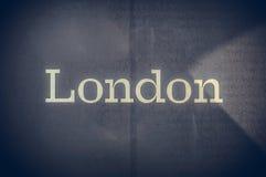 De tekst van Londen die op een blauwe achtergrond wordt geschreven Royalty-vrije Stock Fotografie
