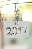 de tekst van 2017 op Witboeknota's die in een drooglijn hangen Stock Foto