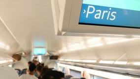 De tekst van Parijs op digitale vertoning van een trein van Eurostar stock video
