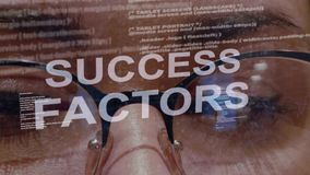 De tekst van succesfactoren op achtergrond van vrouwelijke ontwikkelaar stock footage