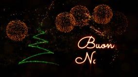 De tekst van vrolijke Kerstmis in het Italiaans 'Buon Natale' animatie met pijnboomboom en vuurwerk stock videobeelden