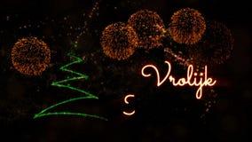 De tekst van vrolijke Kerstmis in de Nederlandse animatie van 'Vrolijk Kerstfeest' met pijnboomboom en vuurwerk stock footage