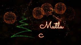 De tekst van vrolijke Kerstmis in de Turkse animatie van 'Mutlu Noeller' met pijnboomboom en vuurwerk stock video