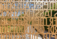 De tekstbeeldhouwwerk van bijbelverzen, tuinen van de wereld Stock Foto