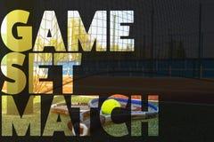 De tekstconceptontwerp van de tennisbanner tekst over de tennisrackets op het hof stock afbeeldingen