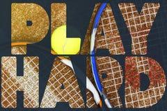 De tekstconceptontwerp van de tennisbanner tekst over de tennisrackets op het hof royalty-vrije stock fotografie