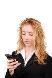 De tekstoverseinen van de onderneemster op mobiel Stock Foto's