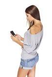 De tekstoverseinen van het tienermeisje op mobiel haar Stock Foto's