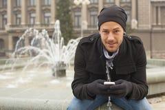 De Telefoon en de Hoed van Guy On Traveling With Mobile in Stad, Stedelijke Ruimte stock fotografie