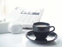 De telefoon en de kop van het bureau Royalty-vrije Stock Foto's