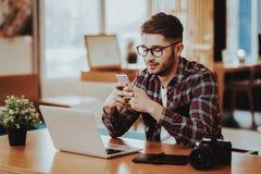 De Telefoon en het Werk van het Freelancergebruik aangaande Laptop ver stock fotografie