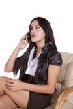 De telefoon het donkere haar van de vrouw spreken Stock Foto's