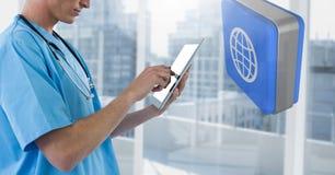 De telefoon van de artsenholding met 3D wereldpictogram door stadsvensters Royalty-vrije Stock Foto