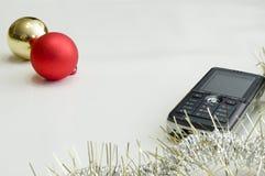 De telefoon van de cel en Kerstmisbal Royalty-vrije Stock Afbeelding