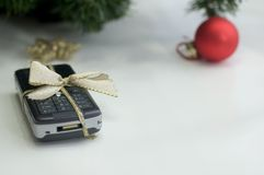 De telefoon van de cel en Kerstmisbal Royalty-vrije Stock Afbeeldingen