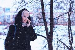 De Telefoon van de de Straatbespreking van de meisjeswinter Stock Foto