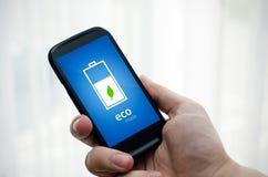 De telefoon van de mensenholding met de wijze van de ecobatterij Stock Foto's