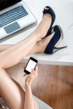 De telefoon van de vrouwenholding Stock Fotografie