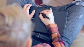 De telefoon van de vrouwenholding en het richten op het lege scherm op achtergrond van laptop de portefeuille van het notitieboek stock video
