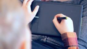 De telefoon van de vrouwenholding en het richten op het lege scherm op achtergrond van laptop de portefeuille van het notitieboek stock footage