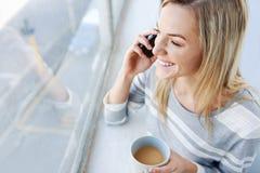 De telefoon van de vrouwenkoffie Stock Foto