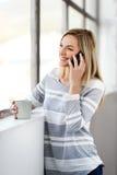 De telefoon van de vrouwenkoffie Royalty-vrije Stock Fotografie